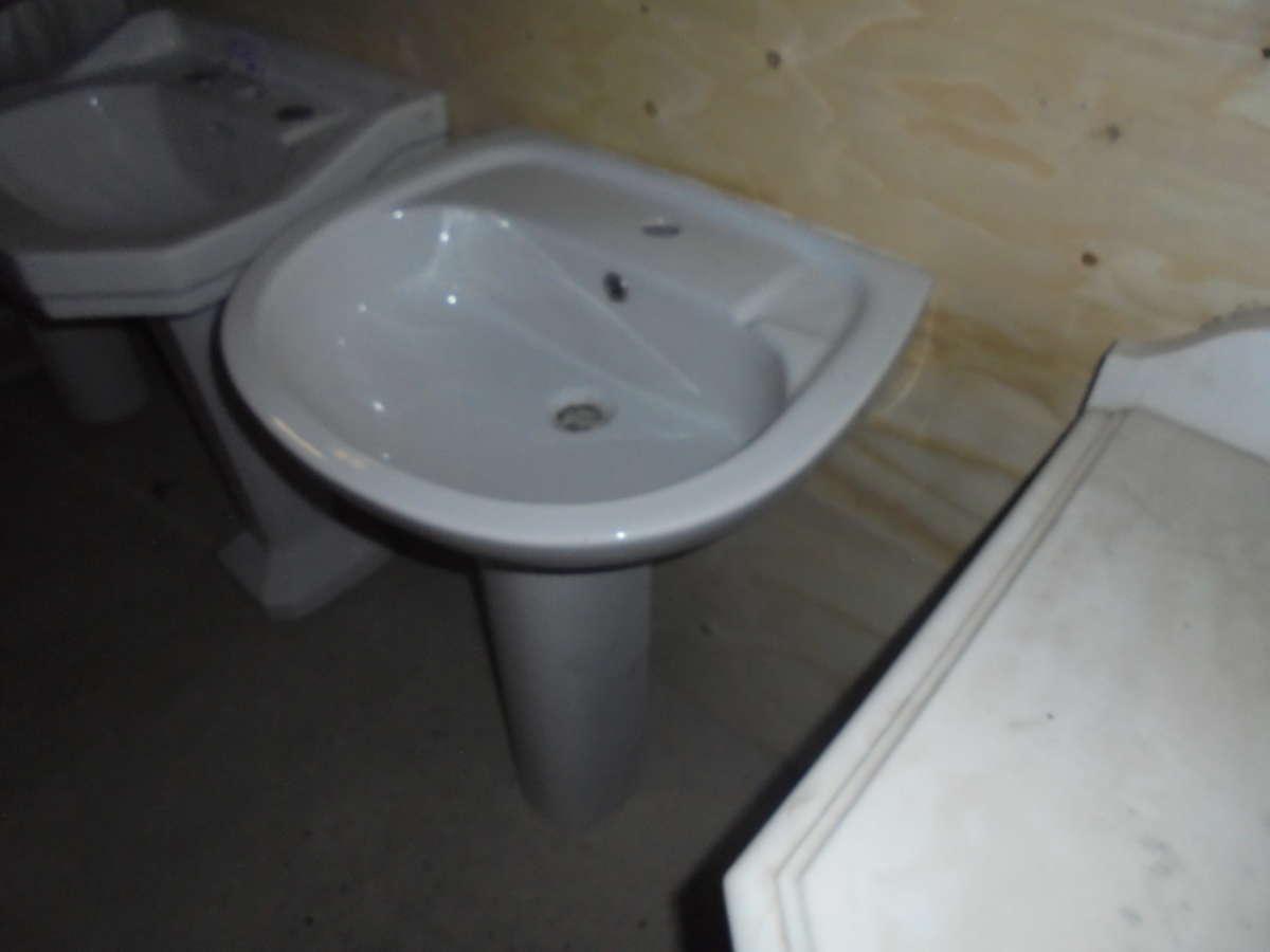 Oval shaped bathroom sink & pedestal